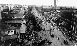 Un bullicioso Paral·lel en el año 1910, con el característico tranvía en el carril central.