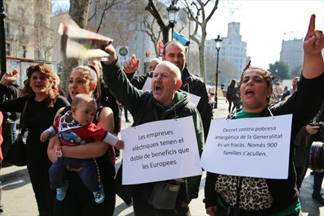 Participantes en una protesta contra la pobreza energética, en Barcelona.