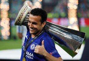 Pedro, con la copa de la Liga Europa a cuestas.