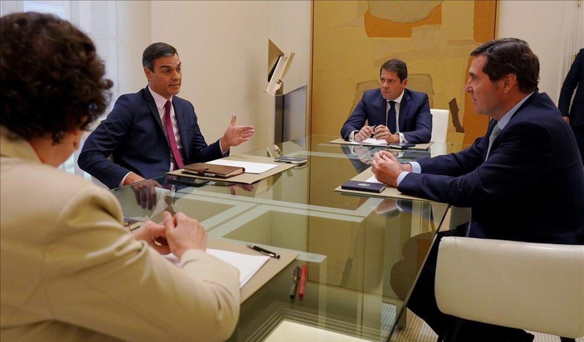 Pedro Sánchez recibe al presidente de la CEOE y al de la CEPYME.