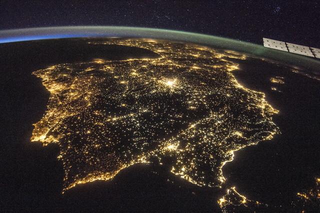 La península ibèrica captada des de l'Estació Espacial Internacional, el 26 de juliol a la nit.