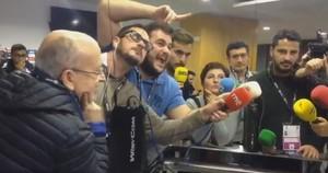 Periodistas radiofónicos hacen un mannequin challenge en la zona mixta del Camp Nou.