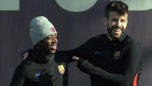 Piqué bromea con Dembélé en un entrenamiento.