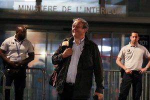 Michel Platini, tras abandonar las dependencias policiales.