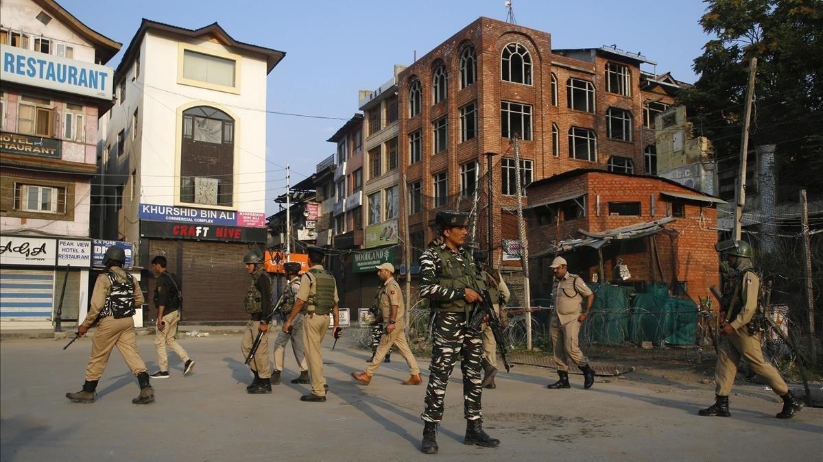 Policía india en Srinagar, capital de la Cachemira india.