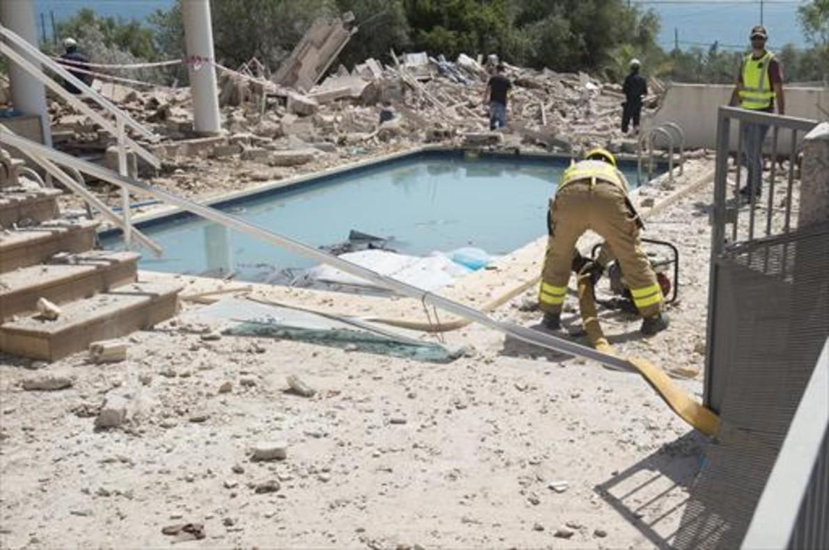 Policías y bomberos inspeccionan las ruinas del chalet de Alcanar (Montsià) habitado por yihadistas, que estalló a mediados del pasado mes de agosto.