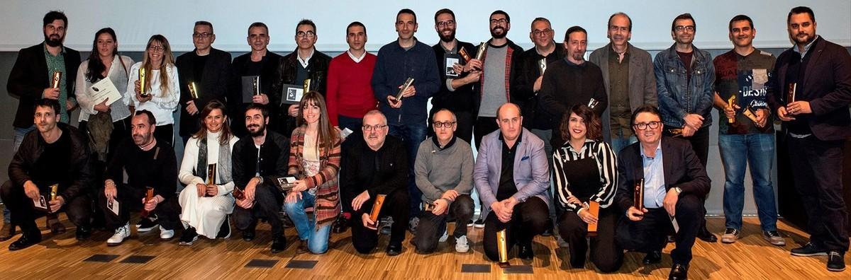 Fotografía de familia de los premiados y una parte del jurado, reunidos la noche del jueves en el Museu del Disseny de Barcelona.