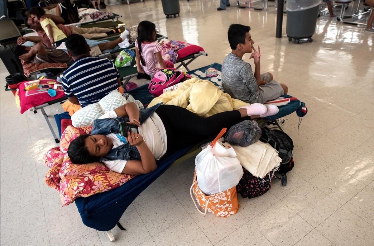 Personas evacuan antes de la llegada prevista del Huracan Florence y buscan refugio en la Burgaw Middle Schoolen BurgawCarolina del NorteEE UUEFE Caitlin Penna