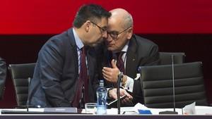 El presidente Bartomeu conversa conCarles Vilarrubi, en una imagen de archivo.