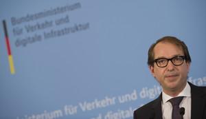 El ministro alemán de Transporte, Alexander Dobrindt, durante la rueda de prensa que ha ofrecido en Berlín junto al presidente de Germanwings.
