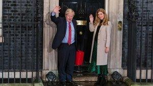 El primer ministro británico, Boris Johnson, y su novia, Carrie Symonds, frente a la puerta de la residencia oficial.