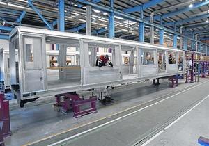 Producción de un vagón de tren en la fábrica de Alstom en Santa Perpètua de Mogoda (Vallès Occidental).
