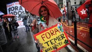 Manifestantes participan en una protesta este domingo 21 de mayo en la avenida Paulista en Sao Paulo pidiendo la renuncia deTemer.