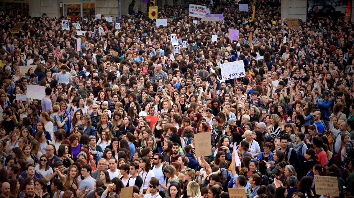 Protesta en la plaza Sant Jaume por la sentencia de La Manada