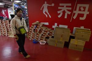 Un puesto de venta de zapatillas Qiaodan, en Pekín.