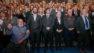 Puigdemont, rodeado de los exconsellers que están con él en Bruselas y de los 200 alcaldes que se desplazaron a la ciudad el martes.