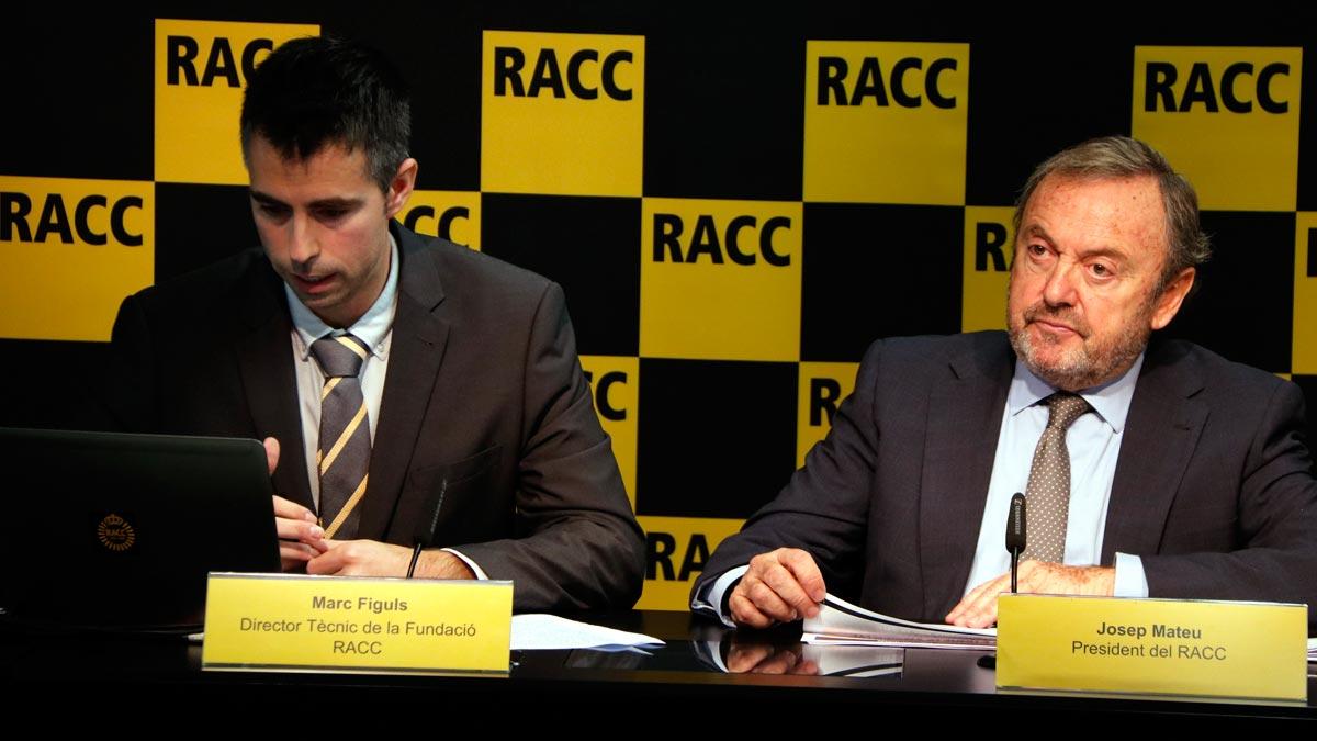 El RACC asegura que con la Zona de Bajas Emisiones unas 9.000 personas se añadirán a un transporte público al límite. En la foto, Marc Fíguls y Josep Mateu, del RACC.