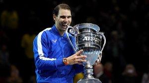 Rafael Nadal muerde el trofeo que le acredita como el mejor del 2019.