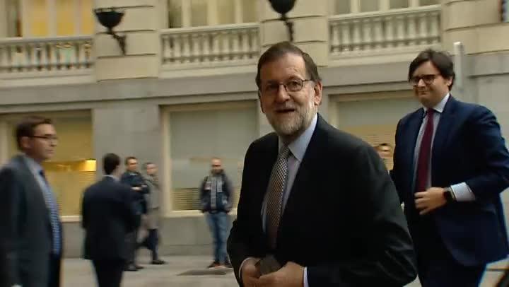Rajoy ofrece diálogo en materias sensibles para el PSOE