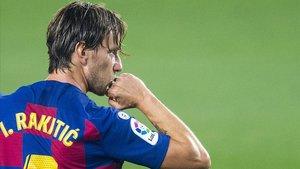 Rakitic celebra su gol al Athletic en el Camp Nou.