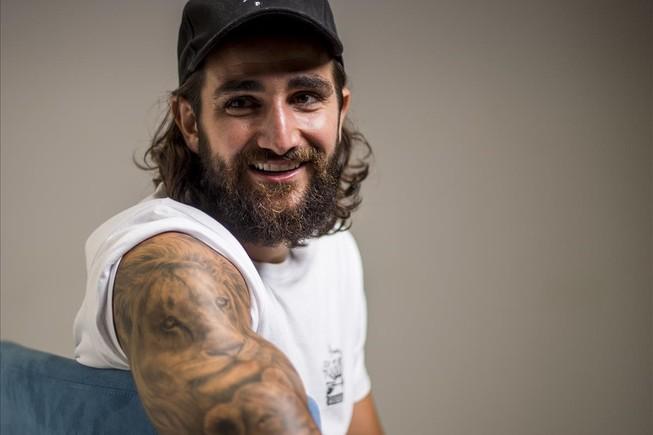 Ricky Rubio posa para para la entrevista de El Periódico luciendo el tatuaje que se hizo en memoria de su madre