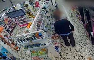 El ladrón, en una de las droguerías asaltadas.
