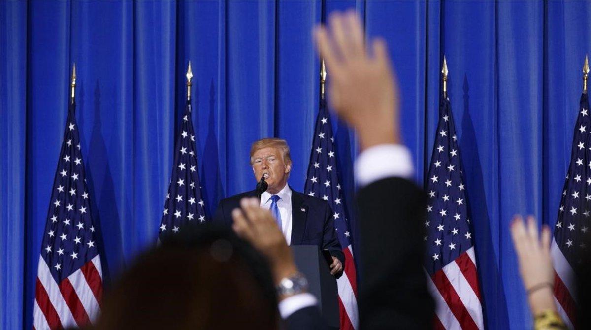 Periodistas levantan la mano para preguntar al presidente de EEUU, Donald Trump, en la rueda de prensa posterior a la clausura del G-20 en Osaka.