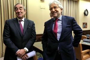 El presidente de la CEOE, Juan Rosell, y su asesor Josep Sánchez-Llibre, en el Congreso de los Diputados.
