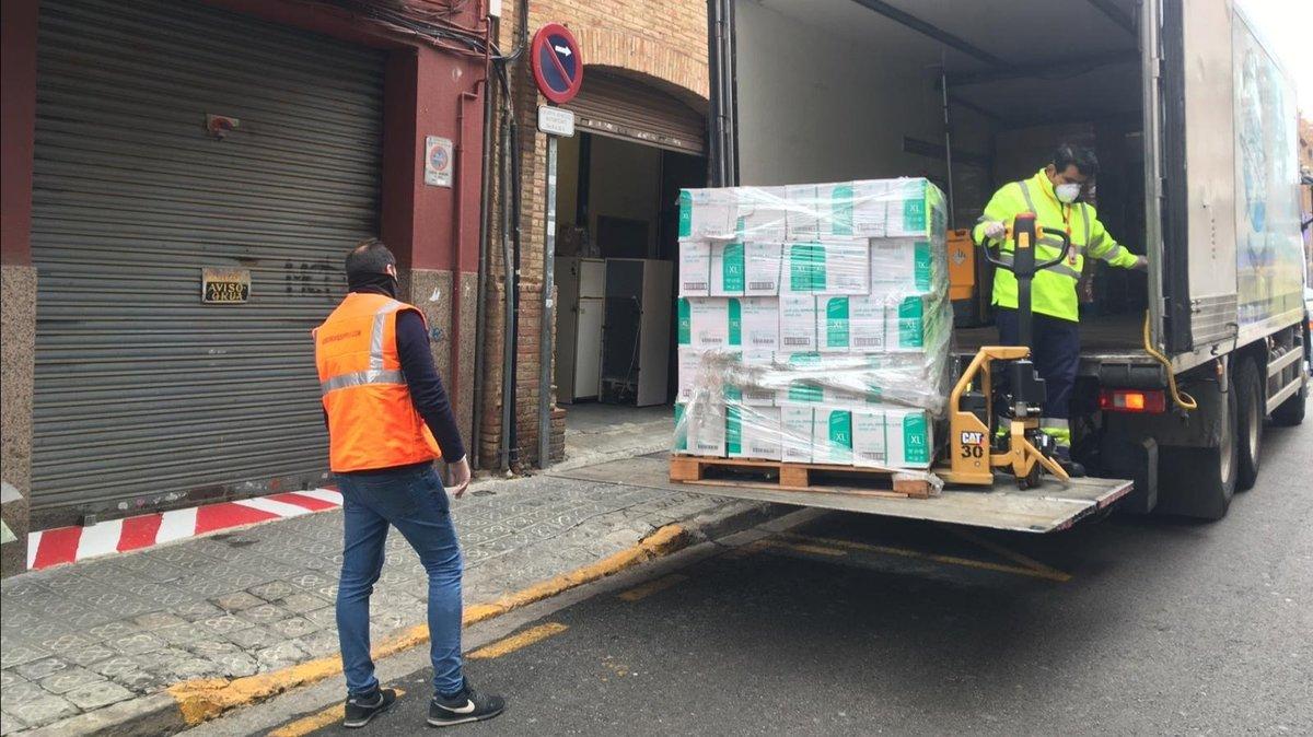 Una empresa de Sant Boi dona 360.000 guants de plàstic al consistori
