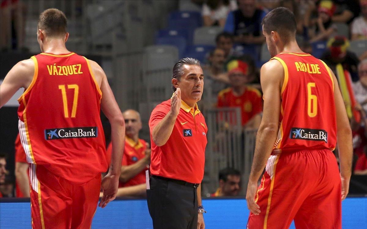 Sergio Scariolo, junto a Fran Vázquez y Abalde, en uno de los partidos de clasificación para el Mundial