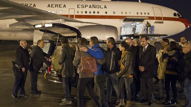 Trasllat dels fèretres amb les restes mortals del matrimoni català assassinat en latemptat terrorista de Tunis, a larribar aquest divendres a laeroport del Prat-Barcelona.