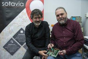 Simó Graells y Joan Ramon Ragué, en su oficina del Parc Tecnològic de Barcelona Activa, en Nou Barris.