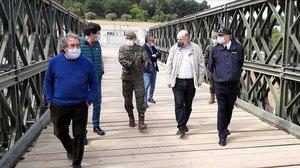 El subdelegado del Gobierno en Tarragona, el alcalde de Montblanc y miembros del ejército en su visita al puente.