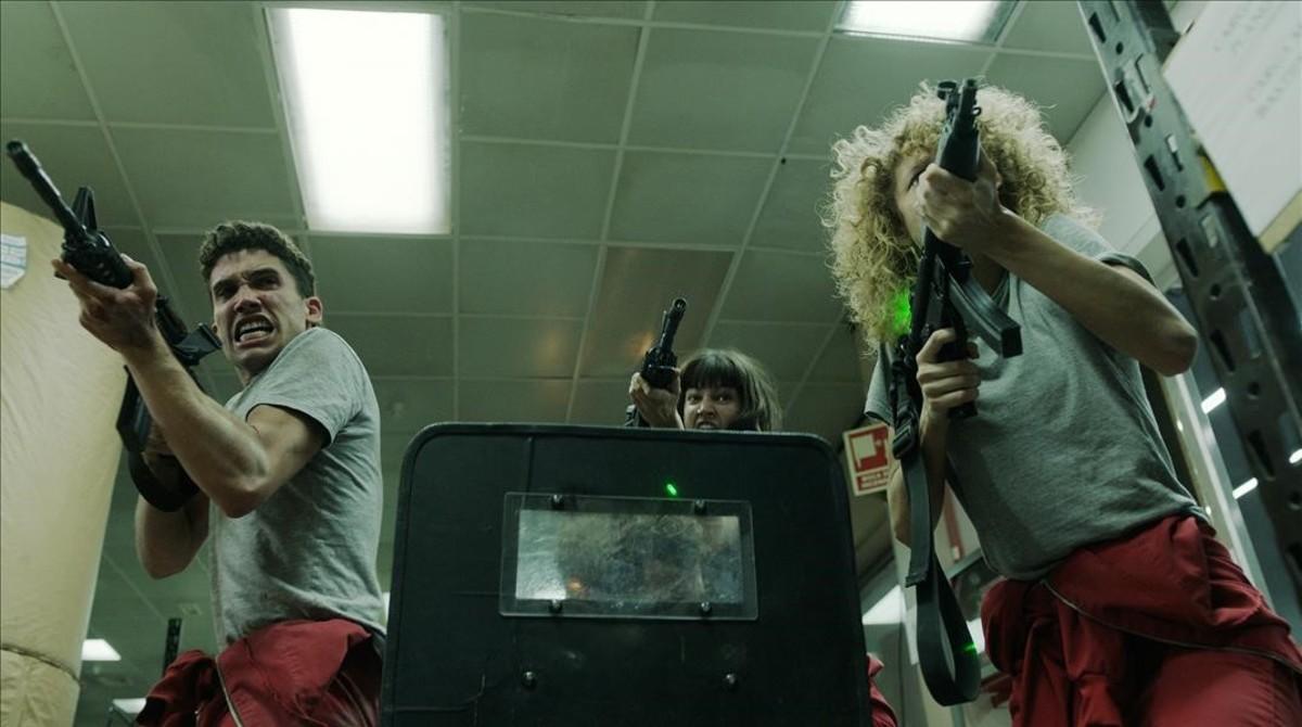 Imagen del último capítulo de La casa de papel (Antena 3), con atracadores y una rehén en plena acción.