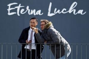 Tony Adams observa un entrenamiento del Granada junto a uno de los miembros de la empresa propietaria del club.