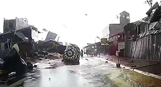 Una cámara instalada en un coche capta un tornado enBac Ninh, al norte deVietnam.