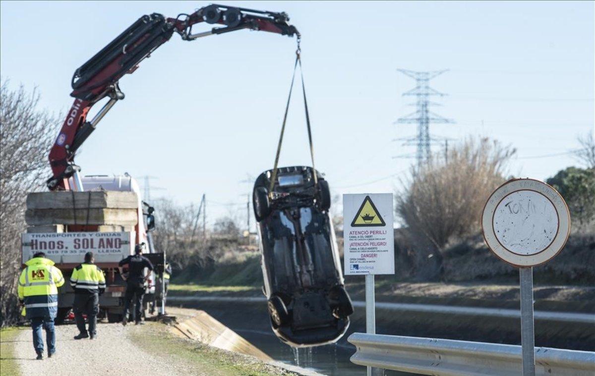 Trabajos para extraer el vehículo accidentado del canal de Serós.