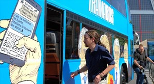 Pablo Iglesias se dispone a subir al 'tramabús'.