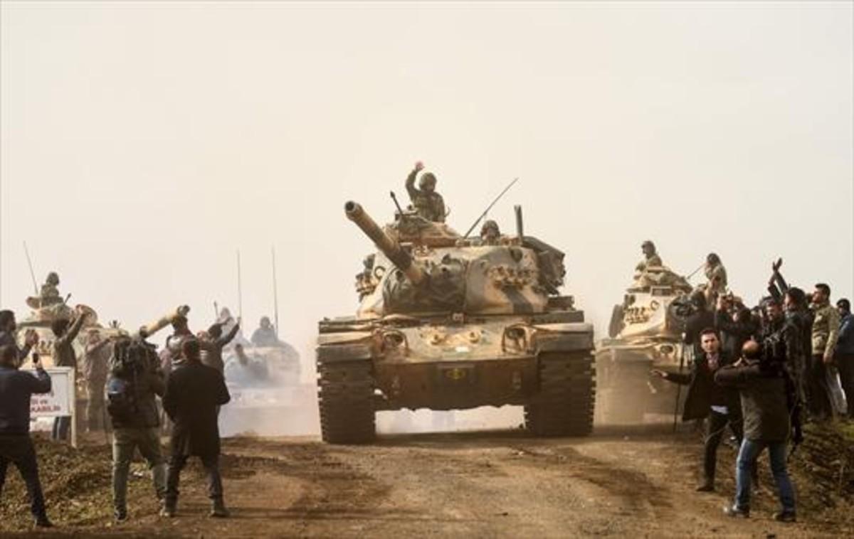 Tropas de Turquía, ayer, en Hassa, cerca de la frontera con Siria.