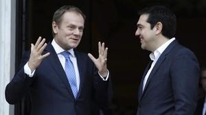 Tusk (izquierda)junto a Tsiprasen un viaje del primeroa Atenas.