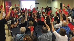 Una imagen de laasamblea de la militancia de los comuns de Tarragona, en la que han optado porun pacto con ERC.