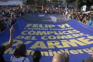 Una pancarta contra el Rey y Rajoy en la manifestación del sábado en Barcelona.