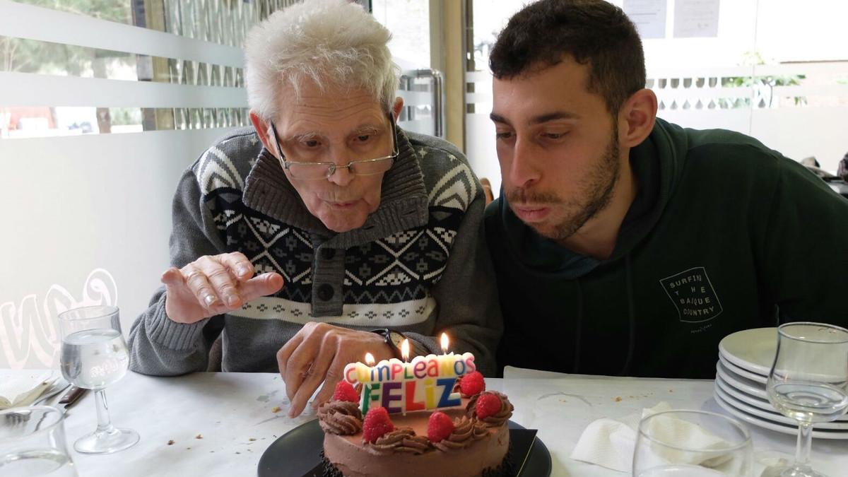 Una persona mayor celebra el cumpleaños con su nieto