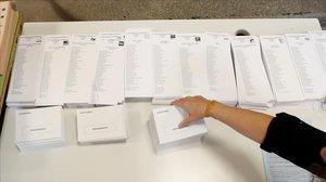 Papeletas electorales en un colegio de Madrid, este sábado.