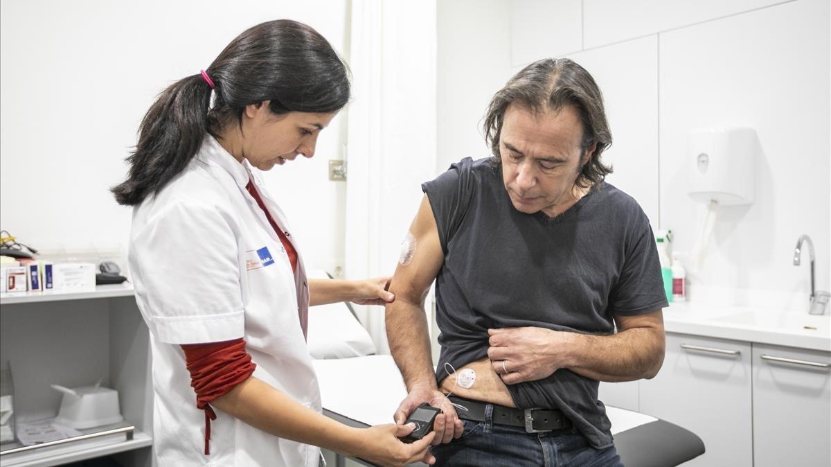 Un paciente del Hospital del Mar con uno de los páncreas artificiales del centro.