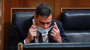 Sánchez agafa aire davant l'assetjament de la dreta i les crisis internes