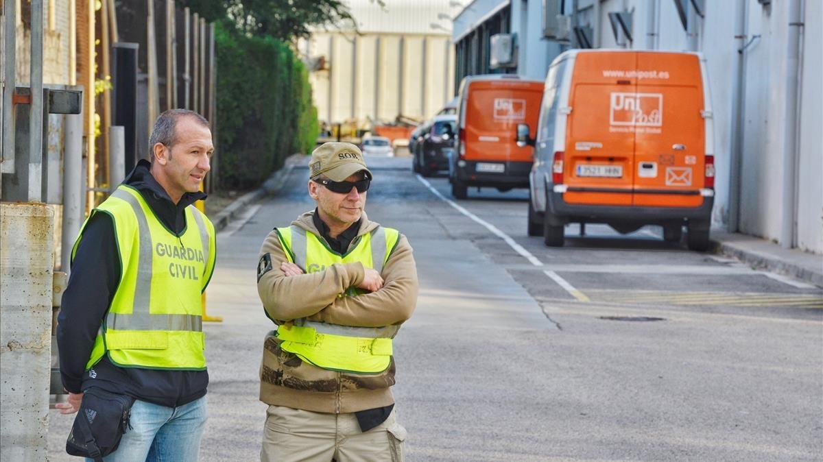 Agentes de la Guardia Civl en la sede de Unipost en LHospitalet el pasado mes de septiembre.