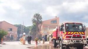 Uno de los camiones de bomboeros que están trabajando en las labores de extinción de Torrelles de Salanca, en el Rosselló.