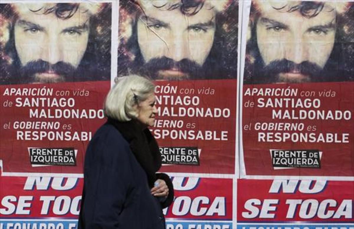 Unos carteles denuncian la desaparición del artesano Santiago Maldonado en Buenos Aires.