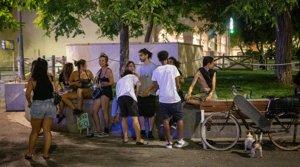 Unos jóvenes hacen botellón, sin respetar las medidas sanitarias anticovid, en una plaza de Barcelona, el pasado 2 de agosto.